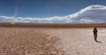 Dust devil ou tourbillon de poussière sur le salar d'Arizaro.  Un vortex  se concentre rapidement et entraine vers le haut des particules présentes au sol .