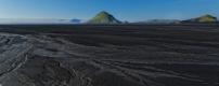 Le massif pyramidal du Mælifell (732m), recouvert de mousses, emmerge tel une île du sandur qui porte son nom, le  Mælifellssandur . Piste F232