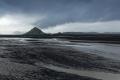 Le massif pyramidal du Mælifell (732m), recouvert de mousses, emmerge tel une île du sandur qui porte son nom, le  Mælifellssandur . Piste F210 nord