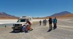 A la Laguna Hedionda, un chauffeur mécanicien de Tupiza Tour, règle le jeu dans le moyeu de notre roue. Nous pourrons continuer sans retourner à Uyuni