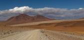 Au loin, le Désert de Dali, ainsi nommé car d'énormes roches  semblent avoir été soigneusement déposées par le maître du Surréalisme - Reserva Nacional de Fauna Andina Eduardo Avaroa