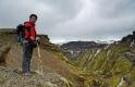 Papy marche dans la montagne