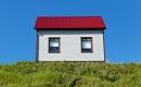 Une maison blanche au toit rouge