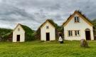 Trois maisons au toit d'herbe
