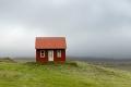 La maison rouge dans l'herbe verte