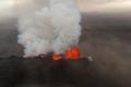 Eruption volcanique : la lave brulante est rouge et la fumée grise