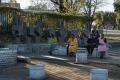 Station de bus dans le quartier de Soweto. Les sculptures derrière les femmes représentent les signes que font les chauffeurs de bus pour indiquer la destination de leur véhicule : chaque signe de la main indique un quartier différent.