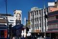 Cette murale de Shepard Fairey, a été créée pour célébrer le 25ème anniversaire de la manifestation Purple Rain. Elle représente un Mandela rayonnant dans son rôle d'homme d'État international pour la paix avec les mots «Le pourpre doit gouverner». Le pourpre est devenu la couleur de l'anti-apartheid après une manifestation à Cape Town où la police avait braqué des canons  et pulvérisé de l'eau teintée en pourpre sur les manifestants pour les repousser et les identifier comme manifestants. Le Pont Nelson Mandela se trouve à sa droite.