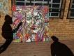 Dialogue avec l'artiste.  Damien, notre guide,  connait bien l'artiste dont il a une oeuvre chez lui. Quartier de Maboneng, Johannesburg