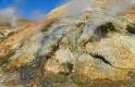Les minéraux issus des sources d'eau chaude colorent le sol de jaune, de rouge