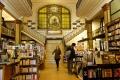 Librairie Más Puro Verso avec une décoration Art Nouveau et sa libraire