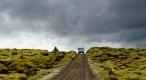 Piste islandaise entre des coulées de lave de 300 ans recouvertes de mousse