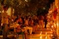 Rassemblement familial lors de l'Illumination du cimetière de Mompox le Mercredi Saint