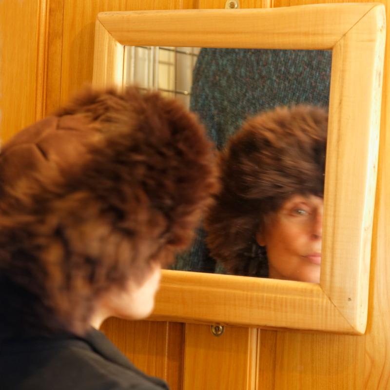 Marion essaie une toque au showroom de la tannerie  Skyeskyns - Ile de Skye