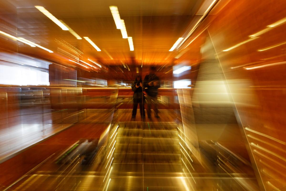Autoportrait en éclaté dans l'escalier.