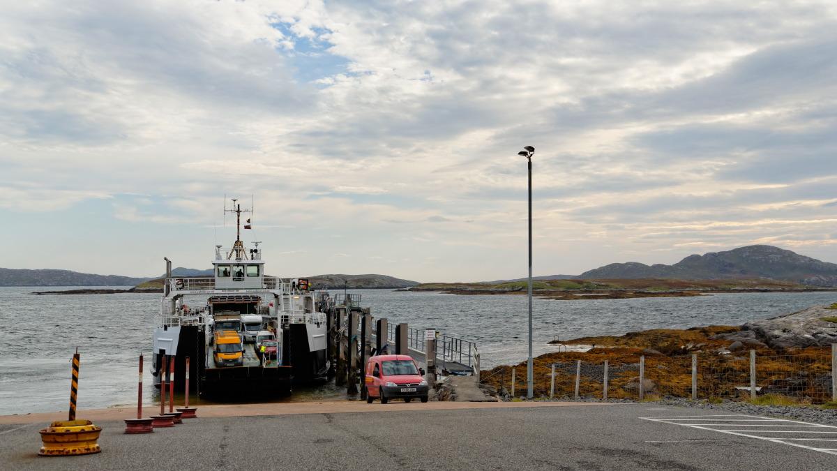 Echange de courrier à l'embarcadère de Aird Mhor à Barra