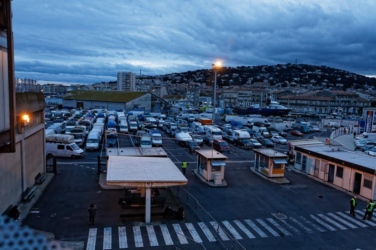 Véhicules en partance pour le Maroc - Gare maritime de Sète